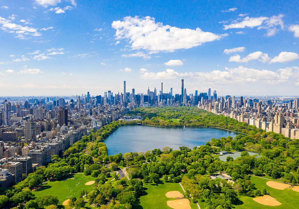 Worldwide travel with IQ Incoming: skyline of New York City and Central Park